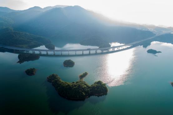 从高空俯瞰永武高速,蜿蜒在千岛湖中,着实美到不少人.